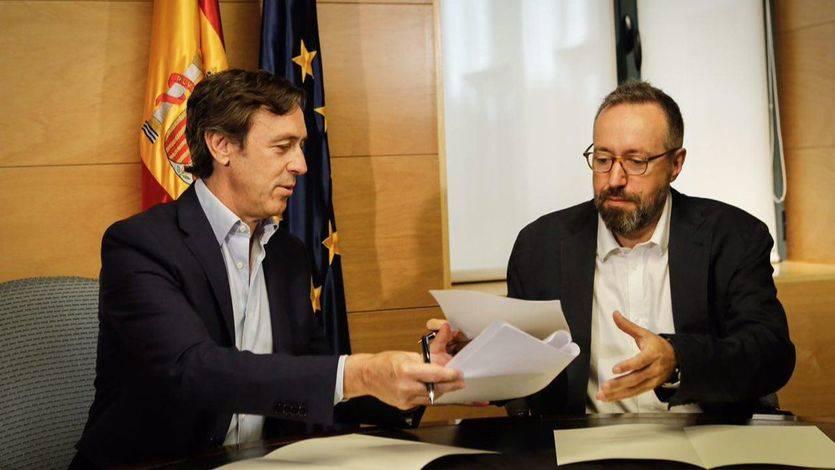 Juan Carlos Girauta firma el pacto anticrrupción con el portavoz popular Rafael Hernando