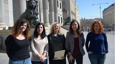 De izq. a derecha: Sofía Castañón, Idoia Villanueva, María Sevilla, Ione Belarra y Sara Carreño