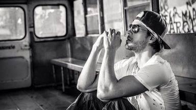 Enrique Iglesias, 'el rey del verano', lanza su nuevo hit 'Súbeme la radio'