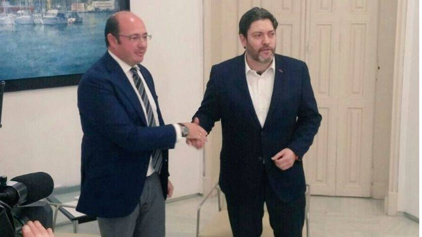 El presidente de Murcia, Pedro Antonio Sánchez (izq.) en la reunión con el portavoz de Ciudadanos Miguel Sánchez López