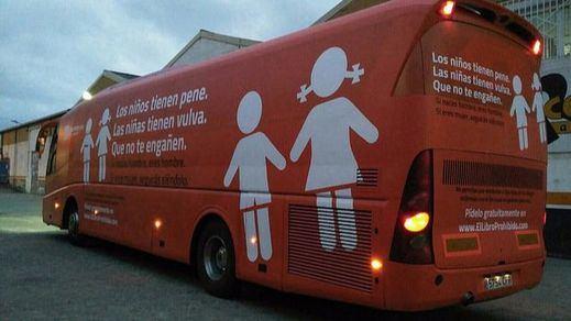 'Hazte Oír' continúa su desafío y fleta otro vehículo sobre niños transgénero