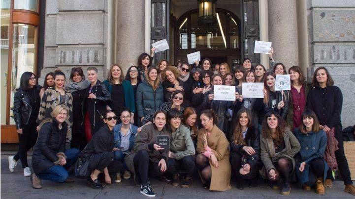 Mujeres y algunos hombres que trabajan en Gran Vía número 27 han secundado el paro mundial por el Día Internacional de la Mujer