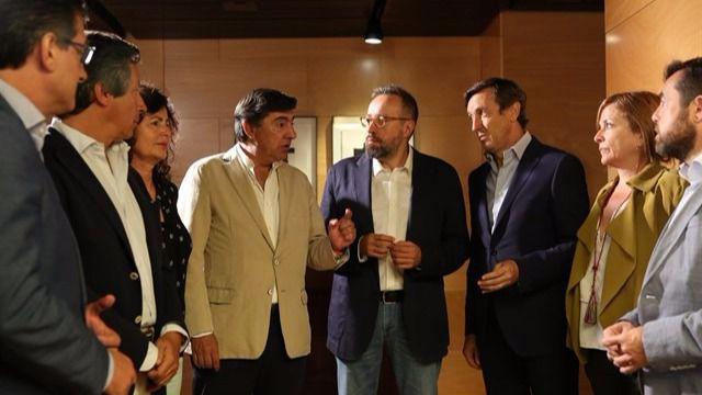 Los equipos negociadores de PP y Ciudadanos durante las conversaciones sobre la investidura de Rajoy