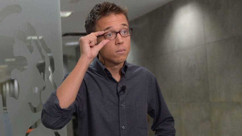 Íñigo Errejón se ríe de sí mismo por equivocarse en la votación del decreto de la estiba