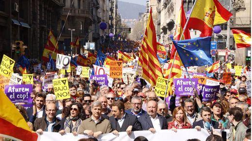 Miles de personas se manifiestan en Cataluña contra una hipotética independencia