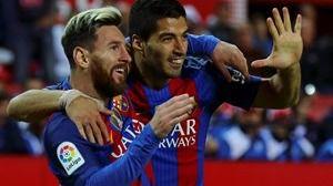 La Liga ya es cosa de Madrid y Barça: los culés no pinchan ante un valiente Valencia (4-2) y el Atlético saca al Sevilla del juego (3-1)
