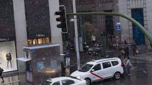La nieve tiñe de blanco el arranque de la primavera hasta en Madrid