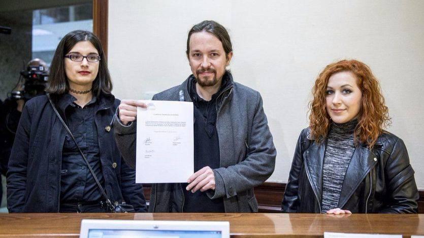 Pablo Iglesias en el registro del Congreso junto a la tuitera Cassandra Vera y la diputada Sara Carreño