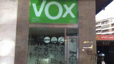 La ultra derecha, ¿en pie de guerra?: una sede de Vox amanece con pintadas neonazis