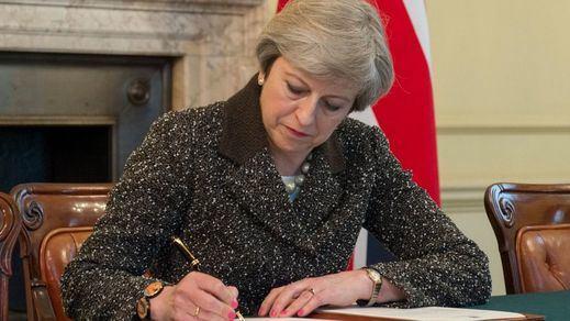 May firma la petición de salir de la Unión Europea mientras Escocia se prepara para dejar de ser británica