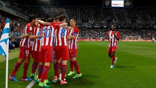 El Atlético coge carrerilla y ya es tercero tras ganar en Málaga (0-2)