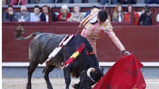 Ángel Sánchez 'entra' en Madrid pese a sus fallos a espadas que le cerraron la Puerta Grande