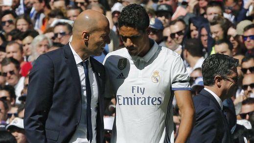 Problema para la defensa del Madrid en un mes clave: Varane, baja para cuatro semanas