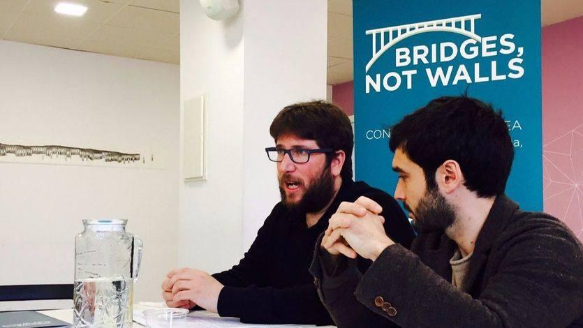 Miguel Urbán y Pablo Bustinduy durante la presentación de 'Puentes, no muros'