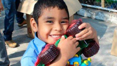 La campaña 'Un Juguete, una Ilusión' bate récords: enviará 350.000 juguetes y material educativo a niños de más de 13 países