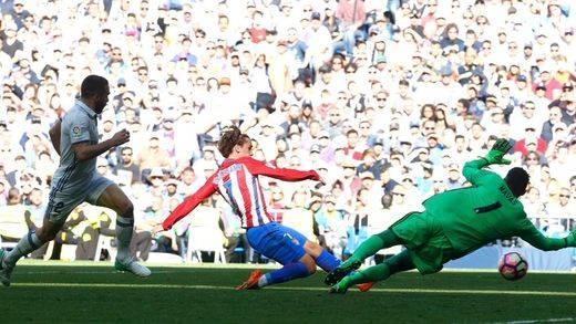 Griezmann silenció el Bernabéu (1-1)... pero el Málaga apuntilló a un Barça vulgar (2-0)