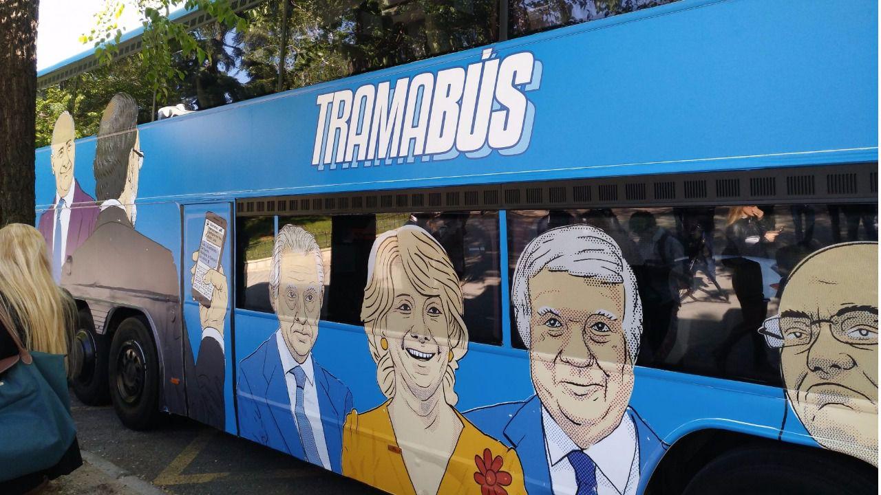 Podemos señala a Rajoy, Rato, Aznar o González en un autobús dedicado a 'la trama'