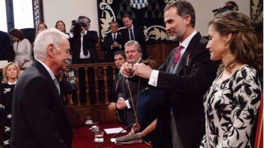 Eduardo Mendoza recibe el Cervantes con humor e ironía 'en estos tiempos confusos'