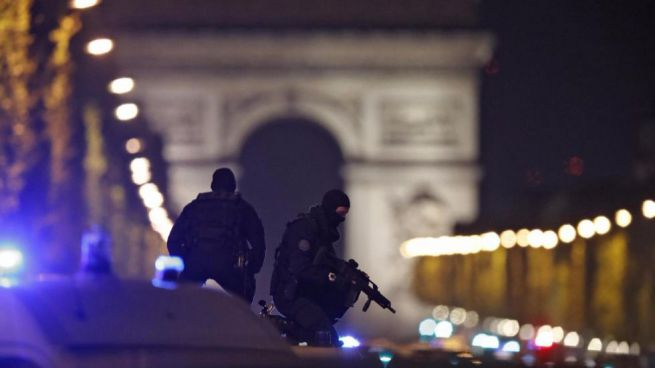 Atentado en Francia antes de las elecciones: un policía muerto y otro herido en un tiroteo en los Campos Elíseos de París
