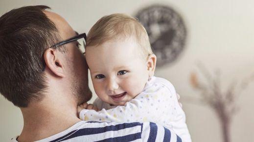 Un permiso de paternidad remunerado de 4 meses, la propuesta más progresista llega desde Bruselas