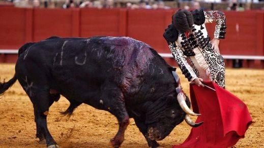 Feria de Abril: corrida de Torrestrella de muchos matices y oreja para Garrido
