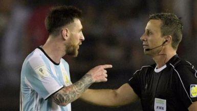 Lionel Messi insulta a un árbitro en un partido de la selección Argentina