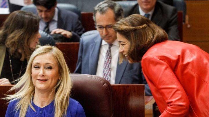 Cristina Cifuentes, la diputada Elena González-Moñux y Enrique Ossorio en el hemiciclo de la Asamblea de Madrid