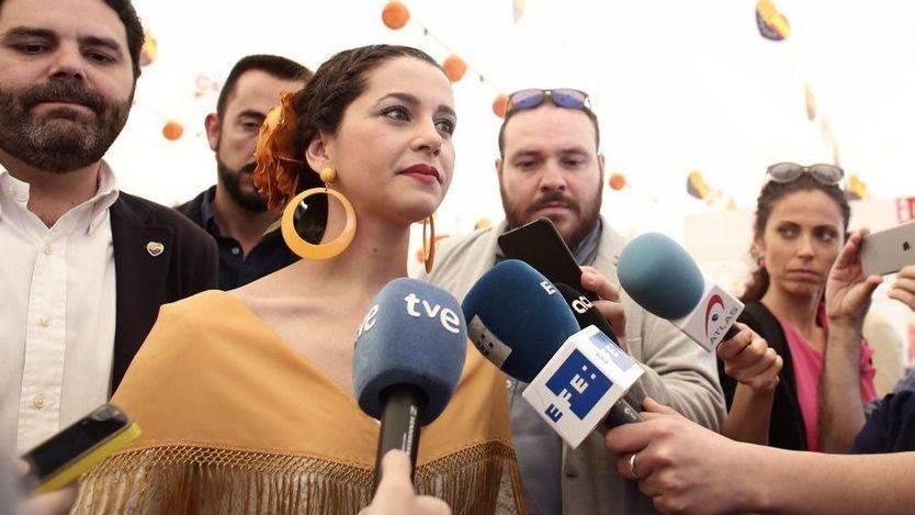 Inés Arrimadas, vestida de sevillana, presume de Ciudadanos y su apuesta por la Feria de Abril de Cataluña