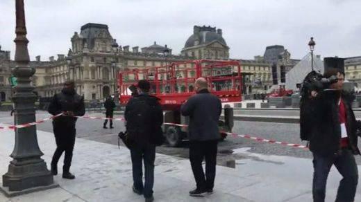 ¿Malos augurios para Macron? La policía evacúa la explanada del Louvre donde pensaba celebrar su victoria