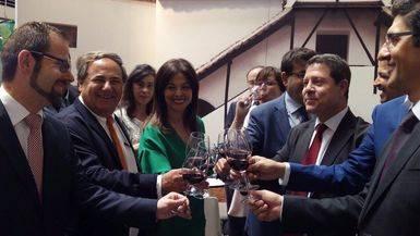 Patricio Cruz, segundo por la izquierda, saluda al presidente regional Emiliano García-Page en Fenavin