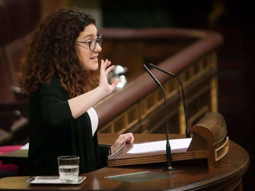 La diputada de En Comú, Aina Vidal, defiende la iniciativa en el pleno