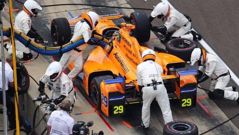 Indianápolis: el coche también traiciona a Alonso, que llegó a liderar la carrera antes de abandonar