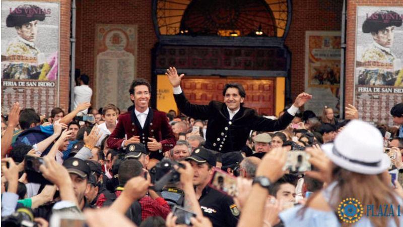 Los dos rejoneadores son sacados a hombros de Las Ventas