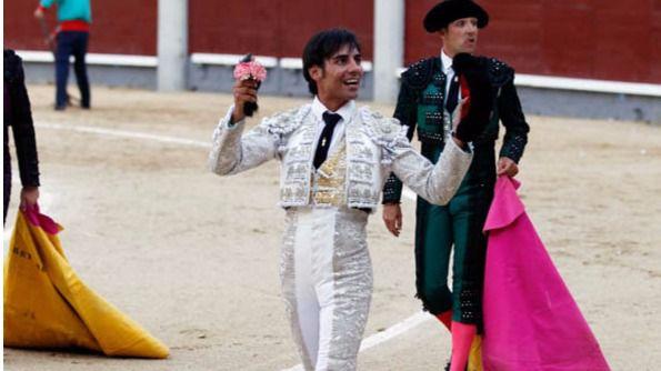 Gómez del Pilar pasea la oreja que le concedieron de 'Burlito'.
