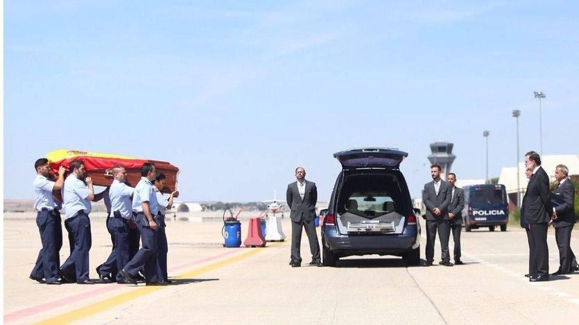El presidente del Gobierno, Mariano Rajoy, recibe los restos de Ignacio Echeverría en Torrejón de Ardoz