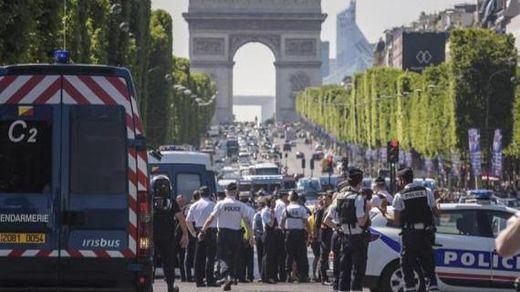 ¿Atentado islamista?: un hombre armado embiste a un coche policial en París y muere al estallar su vehículo