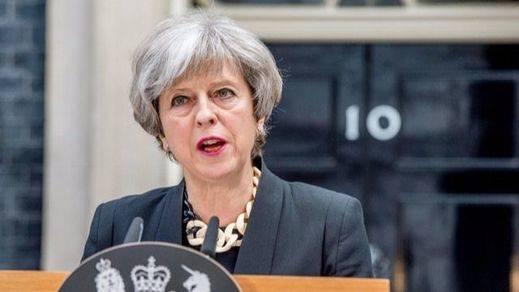 May al fin se baja los humos tras el Brexit: garantiza la residencia a los europeos