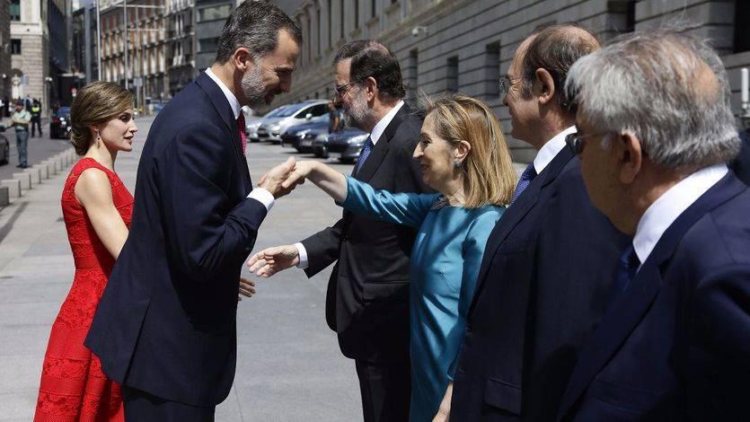 Los Reyes llegan al Congreso y son recibidos por Mariano Rajoy, Ana Pastor, Pío García-Escudero y los presidentes del Tribunal Constitucional y CGPJ