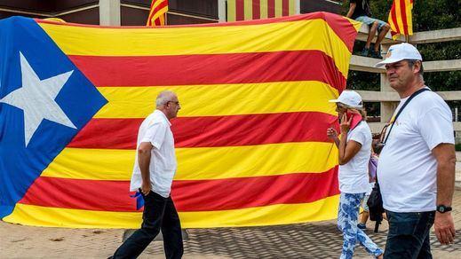 Un centenar de personalidades catalanas pide no celebrar la farsa del referéndum