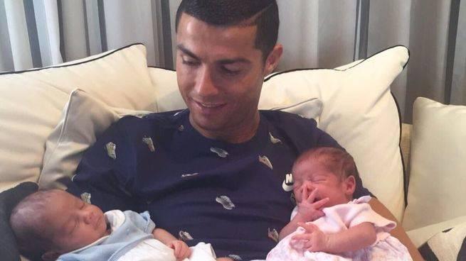 Cristiano Ronaldo enseña a sus dos nuevos hijos de vientre de alquiler