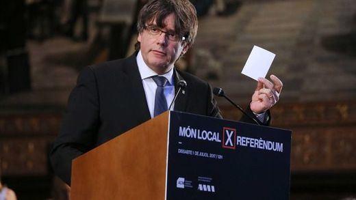 Puigdemont anima a los alcaldes soberanistas a seguir dando