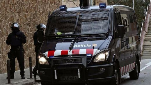 Un hombre asalta el tanatorio de Gavà con un fusil de asalto y hiere de gravedad a dos policías