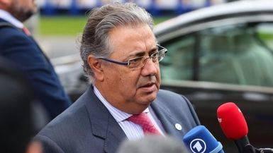 El ministro Zoido indigna a las ONG y voluntarios al pedir no socorrer en el mar a los inmigrantes