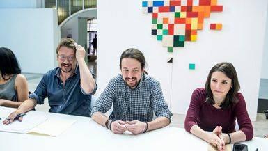 Pablo Iglesias e Irene Montero junto a Xavier Domènech en una reunión del 'Gobierno a la sombra' de Podemos