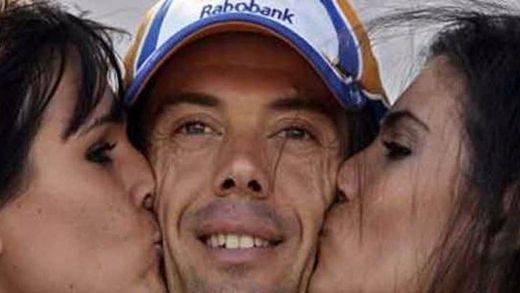 Azafatas besan al ciclista Óscar Freire en La Vuelta