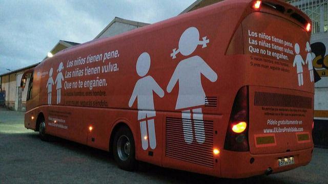 La Audiencia de Madrid levanta la prohibición de circular al autobús tránsfobo de 'Hazte Oír' por esto