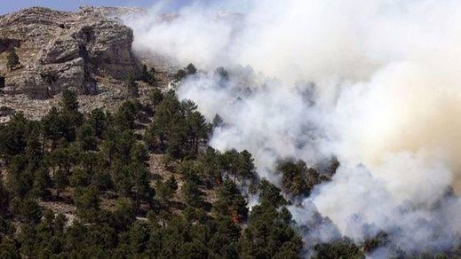 El PP solicita a las Cortes regionales ayudas para los afectados por el incendio de Yeste, que sigue activo