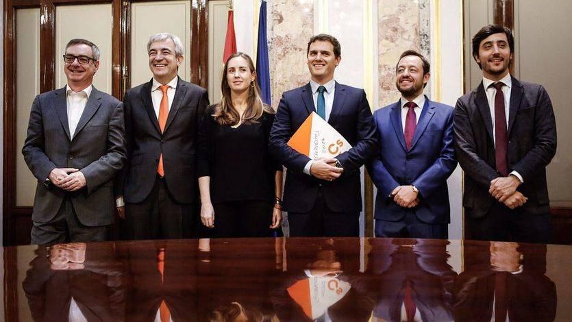 Albert Rivera junto al equipo de Cs encargado de la negociación presupuestaria