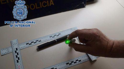 Apuntar con un láser, una estupidez que puede salir muy cara: la policía identifica a dos turistas