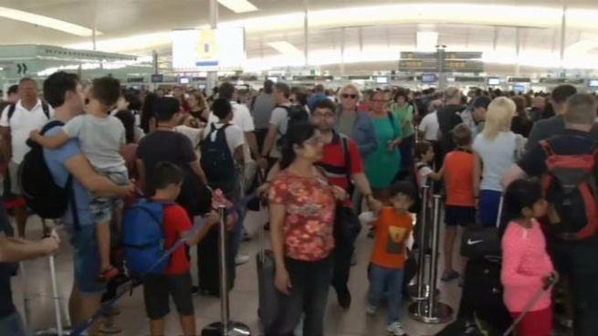 El Gobierno autoriza que la Guardia Civil haga labores de control en el aeropuerto de El Prat pero sin sustituir a los trabajadores en huelga